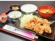 内容お任せの日替わり定食☆ご飯おかわり自由でお腹いっぱい(*´ω`*)
