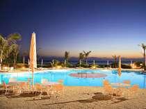 青い海から訪れるさわやかな風に揺れるヤシの木に囲まれたご宿泊のお客様専用ガーデンプール