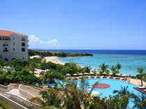 お客様専用プールの向こうには、沖縄本島屈指の透明度を誇るニライビーチが広がります