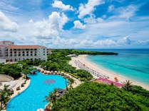 ご宿泊者専用のガーデンプールを抜けると、沖縄本島屈指の透明度を誇る碧い海が広がります。