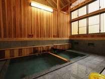 熊の手洗い湯内観。熊の手洗い湯源泉と麻釜源泉、2つの浴槽があります