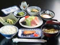 朝食一例。旬の山の幸、温泉たまご等ごはんが進む和朝食です。ごはんは自家製米100%!