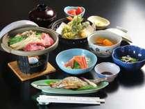 夕食一例。地物の川魚や自家製野菜、時期によっては山菜やきのこと、地産の食材を使用したお料理です。