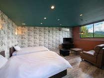 洋室離れのお部屋は新築で露天風呂付。窓からは真正面に由布岳が見えます。