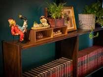 ロビーの本棚です。数は少ないですが、お暇なときにどうぞ。