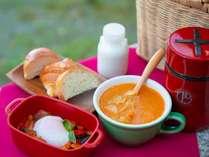 スタッフがお部屋までお持ちする、インターヒルの簡単な朝食バスケットです。