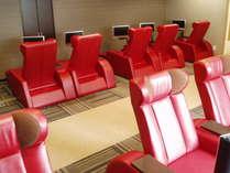 液晶テレビ付き高級革張りリクライニングチェア完備の休憩室