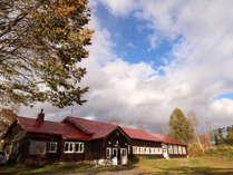 *【外観】ニセコアンヌプリに佇む木造校舎の宿。