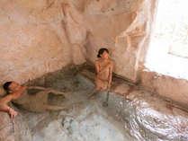 【貸切風呂・洞窟】カップルに一番人気の浴槽。外から入る風が心地よいです♪