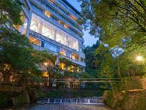 館内随所より落葉山と滝川を臨む自然に囲まれた絶景の元湯宿。