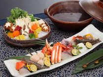 海鮮寄せ鍋イメージ。メインのお鍋の他、「食前酒」「先付け」「八寸」「お造り」などもついております。