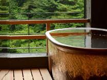 【露天風呂付き和室 12帖】 お風呂からは、眼下に流れる「滝川」や山々の自然をご覧いただけます。