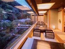 割烹「弓張月」。窓際のお席からは、雄大な自然のパノラマをお楽しみいただけます。