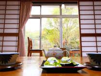 広縁から見える庭の眺めをお楽しみください。