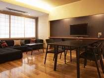 楢材の床を敷き詰めた広々とした室内には、ダイニングテーブルやソファをご用意しました。