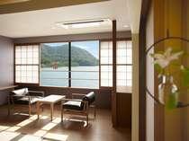 松の緑に縁取られた弓なりの海岸線と朱塗りの大鳥居、思わず息をのむ風景が、窓いっぱいに広がります