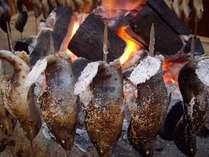 御夕食内のヤマメの炭火焼(日替わり)焼き立てをご提供いたします。