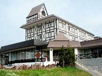 【外観】小高い丘に建つホテルは夏になるとラベンダーが一望できます。