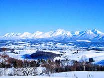 【十勝岳連峰】白く雪化粧した山並みが、青い空に映えます。