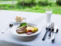 【ご朝食】シェフがつくった自家製ベーコン/自家平飼い卵を使用した卵料理/自家製パン