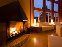 【ロビー】暖炉を囲みながらゆっくりとくつろげるロビー