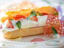 【ご夕食一例】グランデフルコース冬メニューより 浦河イチゴを使用したデセール