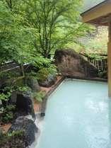 鮮やかな緑を眺めながらゆっくりと浸かる露天風呂