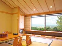 *【2F和室】2階のお部屋のみ、窓に向かって座る掘りごたつ式のスペースが設けられています。