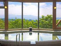 *【空中展望風呂】高台にあるため、まるで空に浮いているかのような絶景を楽しめる大浴場です。