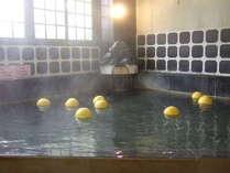 古湯の雰囲気漂うお風呂に浮かぶ晩白柚。お肌すべすべ美人の湯に爽やかな香りが加わりました♪(冬季のみ)