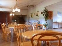 1階ロビー。朝食はセルフサービスで、ここで頂く。奥にはペレットストーブを設置
