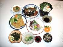 夕食はお刺身、田原屋名物の団子汁、めかぶ焼きなどボリュームいっぱい!その日によって献立は変わります。