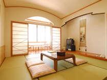 【本館・和室10畳】眺めの良い広々としたお部屋です。