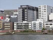 ■隅田川を望むホテルの外観