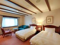 【洋室(ツイン)】ベッドとソファーのみのシンプルな洋室(3名定員)