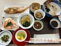 夕食例◆旬の魚介を中心とした和定食。お造り、煮魚、小鉢等…