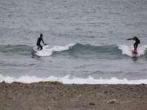 静波海水浴場♪県内外から多くのサーファーが訪れます!