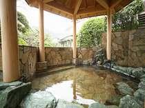 天然温泉(含鉄ナトリウム塩化物-強塩泉)写真は男湯露天風呂・サウナ◎入浴午後10時迄