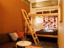二段ベッドとソファが備わったバンクツインルーム