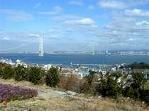 【お部屋からの眺め】遠くに明石海峡大橋を望むことのできるお部屋もございます。