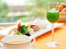 MICURAS Dining(朝食):オレンジ色の光降り注ぐテーブルにて、ヘルシープレートをご用意。