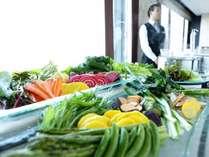 【朝食】季節の新鮮野菜を多く取り揃えた朝食ビュッフェ。温野菜にしてお召し上がりください