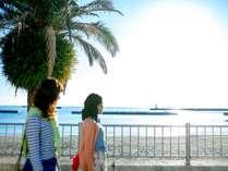 熱海サンビーチの遊歩道は当館正面!