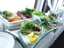 朝は地元契約農家の野菜など、たっぷりのお野菜をご用意しております。
