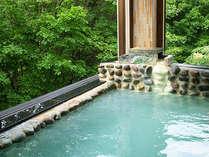 露天風の開放的な白銀荘の温泉は、全国でも珍しいph1.45の強酸性。お肌ツルツルに♪
