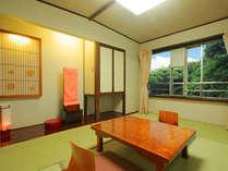 川のセセラギと木々の緑が癒しを与えてくれる和室。間取りは部屋により異なります。