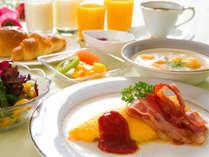 選ばれる理由のひとつ、出来たてを楽しむ朝食。特にボリュームバランスはクチコミでも評判です。