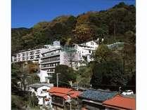 湯河原温泉の名勝「不動滝」に隣接しています。