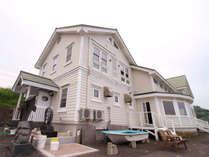 *外観/全室オーシャンビューの白いホテル。目の前は日本海です。