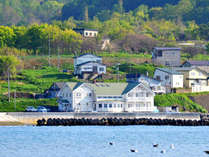 *外観/当ホテル目の前は塩屋海水浴場。比較的人も少なくご家族連れにおすすめです。